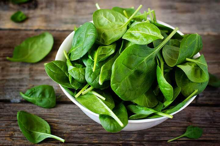 fresh spinach leaves bowl